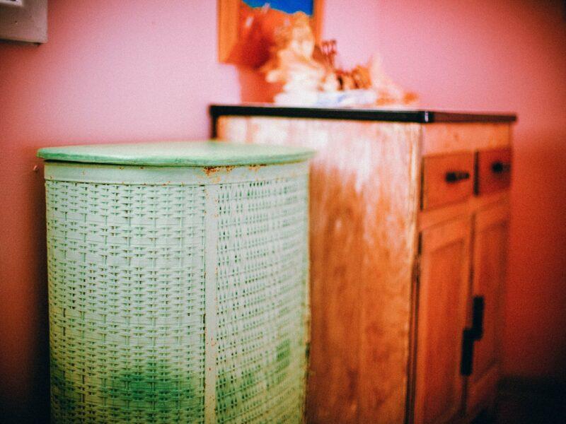 Een wasmand van riet, een decoratieve bamboespiegel en meer. Hoe stijl jij je badkamer?